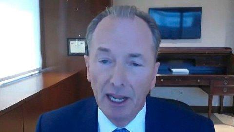 - Hvis du kan sitte inne på en restaurant, så kan du også jobbe på kontoret, sier toppsjefen i Morgan Stanley, James Gorman.