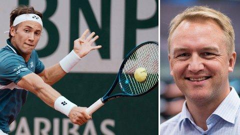 SUKSESS: Andreas Nyheim (til høyre), kommunikasjonsdirektør i XXL, tror noe av salgsøkningen av tennis- og golfutstyr skyldes inspirasjon fra stjerner som blant annet Casper Ruud (til venstre).