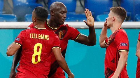 Romelu Lukaku jubler sammen med lagkameratene etter å ha scoret 3-0-målet mot Russland.