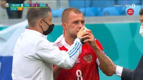 WAKE UP AND SMELL THE ... : Dimitrij Barinov fikk seg en smell i hodet i møtet med Finland. Da han kom seg på beina igjen fikk han seg en liten oppkvikker av det medisinske støtteapparatet.