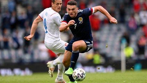 John McGinn kan måtte ty til ulovlige midler for å stoppe de drible sterke engelske midtbanespillerne. Vi tror han får gult kort i fredagens kamp.