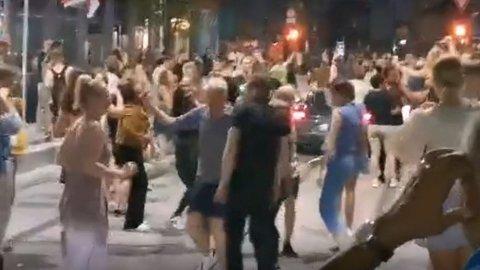 Det brøt ut en spontan gatefest fredag kveld i Oslo sentrum.