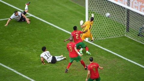 IKKE GODKJENT: Vingback Robin Gosens (øverst til venstre) trodde han hadde gitt Tyskland en drømmestart mot Portugal. Kampens dommere hadde en annen oppfatning.