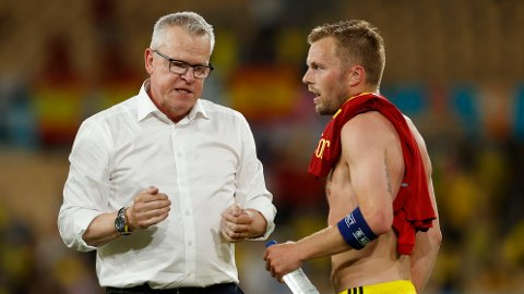 ADVARER: Sveriges landslagstrener Janne Andersson advarer egne spillere etter å ha sett kaoset til England. Her sammen med Sebastian Larsson etter uavgjort mot Spania i svenskenes åpningskamp i EM.