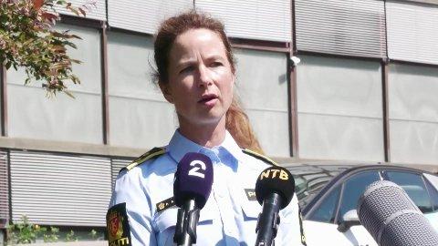 Politiet fant kvinnen i en leilighet på Hellerud øst i Oslo rundt klokka 7 tirsdag morgen, sa leder Anne Alræk Solem ved drapsseksjonen i Oslo politidistrikt på en pressebrifing samme ettermiddag.