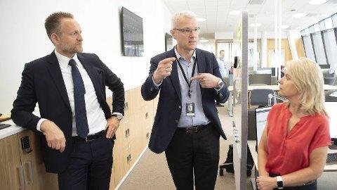 STORT TRYKK: Banksjef Torvald Kvamme (midten) har fått låne 20 ansatte fra konsernsjef Jan Erik Kjerpeseth i Sparebanken Vest for å ta unna pågangen siden april. Digitalsjef Bjørg Marit Eknes i Sparebanken Vest er også på bildet.