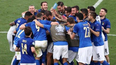 De italienske spillerne jubler etter seieren mot Wales sist helg. Lørdag spiller Italia åttendedelsfinale mot Østerrike på Wembley.