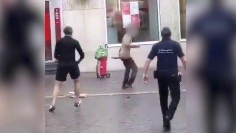 FEKTER RUNDT SEG: Flere videoer publisert på Twitter fredag kveld viser en person som fekter rundt seg med en kniv.