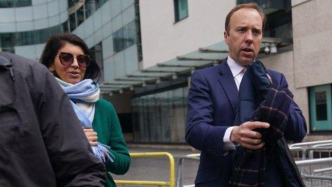 BRØT EGNE REGLER: Den britiske helseministeren Matt Hancock avbildet med sin assistent Gina Coladangelo i midten av mai 2021.