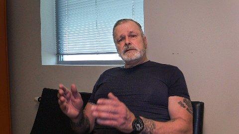 Eirik Jensen har sittet i Kongsvinger fengsel siden han ble pågrepet under domsopplesningen 19. juni i fjor. Han har ingen sosial omgang med andre fanger og bruker nesten all sin våkne tid på å jobbe med sin egen sak.