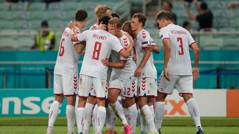 Kasper Dolberg (12 på ryggen) blir gratulert av sine lagkamerater etter å ha gitt Danmark ledelsen 2-0 i lørdagens kvartfinale mot Tsjekkia. Onsdag kveld venter semifinale mot England på Wembley.