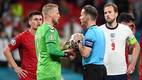 ETTERFORSKES: England-fansen etterforskes etter at Kasper Schmeichel ble lyst med laserpenn i øynene like før straffesparket til England.
