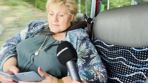 I videointervjuet Nettavisen gjorde med statsminister Erna Solberg på en buss, kan man se at beltet har lagt seg inn under armen og tett mot halsen.