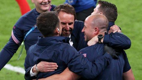 England's manager Gareth Southgate jubler sammen med sin trenerstab etter at England slo Danmark i onsdagens semifinale.