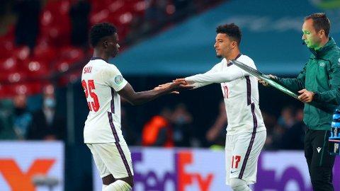 BLE HETSET: Jadon Sancho og Bukayo Sako (til venstre) var blant spillerne som ble utsatt for rasisme etter å ha bommet på straffesn sine da EM-finalen mot Italia ble avgjort. Dette bildet er fra kampen i gruppespillet mot Tsjekkia.
