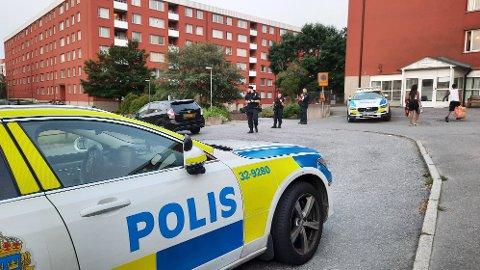 SKYTEEPISODE: To barn såret i skyteepisode sør for Stockholm. Her var politiet på plass lørdag kveld.