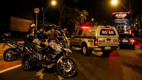 ARRESTERT: Her står lagbussen til Boca Juniors parkert utenfor politistasjonen Belo Horizonte, hvor flere av lagets spillere ble arrestert etter kampen mot Atlético Mineiro.