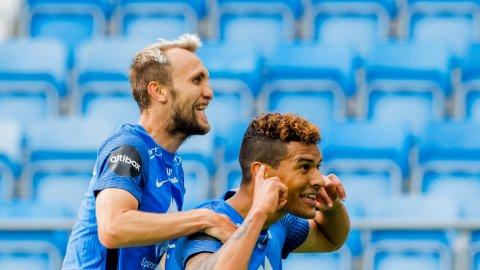 Moldes Ohi Omoijuanfo jubler med Magnus Wolff Eikrem etter scoring tidligere i sesongen.