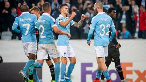 Jo Inge Berget feirer scoring med sine lagkamerater under kampen mellom Malmö FF og Lugano 24. oktober 2019. Lørdag står Mjällby på den andre banehalvdelen.