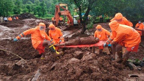 Redningsmannskaper kjemper en desperat kamp for å finne overlevende etter flere store jordskred sør for Mumbai i India. 124 mennesker er bekreftet omkommet, men mange er fortsatt savnet. Foto: NDRF / AP / NTB