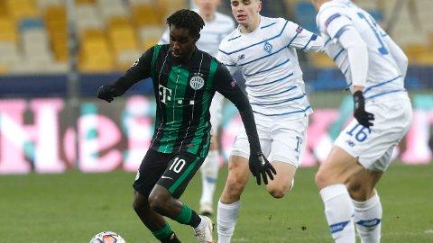 Tokmac Nguen i kamp med Mykola Shaparenko fra Dynamo Kiev under Champions League-kampen lagene mellom den 8. Desember i fjor.