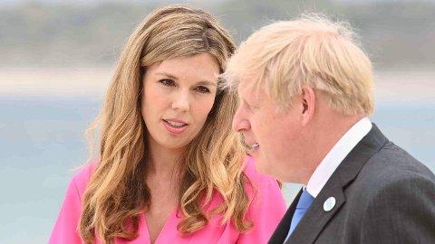 VENTER BARN: Statsminister Boris Johnson sammen med Carrie Johnson i midten av juni.