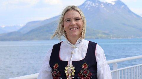 SYLVI LISTHAUG: I heilnorsk bunad på fergesambandet Solevåg - Festøy. Foto: Privat