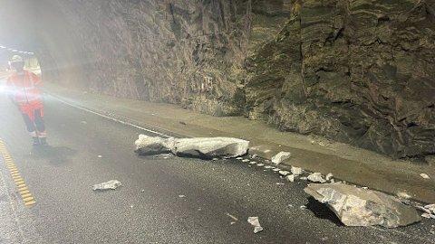 STEINRAS: En steinblokka på ett tonn falt ned i Trodaltunnelen på E39 torsdag. Foto: Mesta / NTB