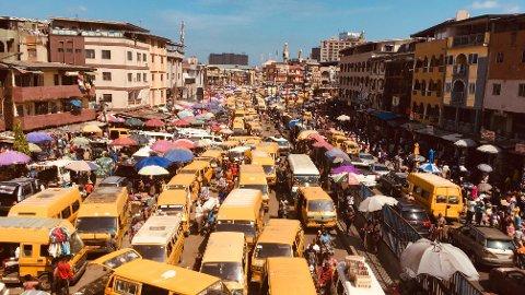 DYSTER KURS: Klimaendringer, stigende havnnivå og jorderosjon kan gjøre gigantbyen Lagos i Nigeria ubeboelig om 80 år. Foto: Sunday Alamba / AP