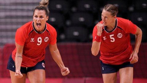 Nora Mørk og Marit Malm Frafjord jubler etter en av scoringene mot Nederland.