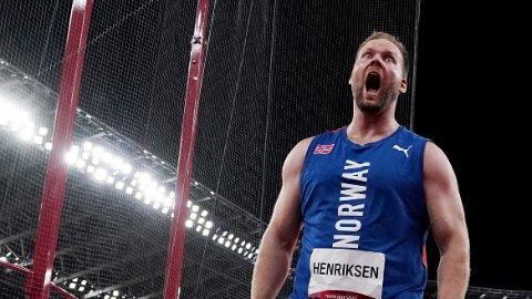 JUBLET VILT: Eivind Henriksen jublet vilt etter å ha tatt et overraskende OL-sølv i slegge.