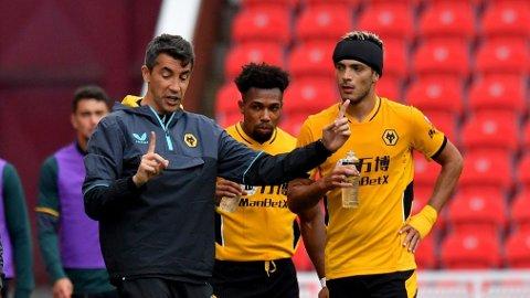 Wolverhamptons nye manager Bruno Lage snakker med Adama Traore og Raul Jimenez under en av treningskampene før sesongstart