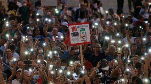 Italienere demonstrerte mot koronapasset i slutten av juli.