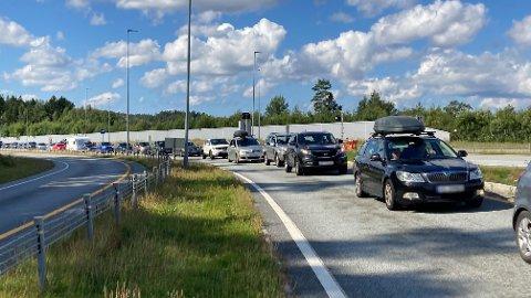 STILLESTÅENDE: Reisende inn til Norge fredag formiddag måtte smøre seg med tålmodighet.