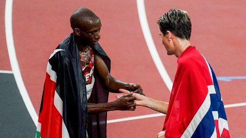 GEST: Timothy Cheruiyot ga Jakob Ingebrigtsen et armbånd i de kenyanske fargene etter løpet.