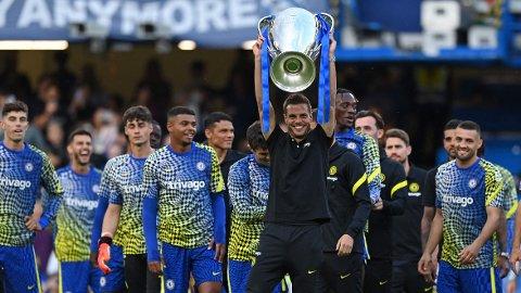 Chelseas spanske kaptein Cesar Azpilicueta viser frem Champions League-trofeet de vant sist sesong. Onsdag kan de ta sesongens første pokal. Vi tror de slår Villarreal i Supercup-finalen.