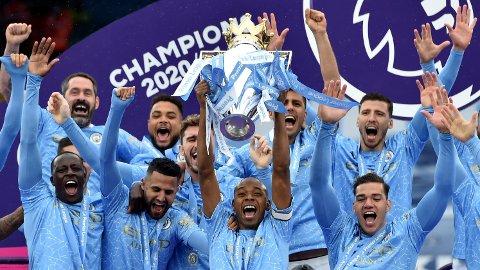 Fernandinho hever trofeet sammen med resten av laget etter at Manchester City vant Premier League forrige sesong. Hvem vinner denne gangen?