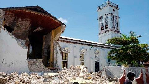 Haiti ble rammet av et kraftig jordskjelv lørdag. Her ser vi en kirke i Les Cayes som har rast sammen.