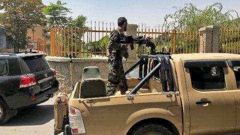 MILITÆRBIL: En afghansk soldat i en militærbil i Kabul tidligere i august. Snart er det Taliban som har kontrollen i de samme gatene.