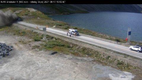KRAFTIG RØYK: Røyk fra bilbrannen kom ut av innløpet til Oppljostunnelen i retning Stryn på Rv 15 i Breidalen.