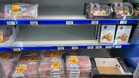 TOMT: Det var flere tomme hyller der kyllingprodukter i Rema 1000-butikken på Ensjø i Oslo ligger.