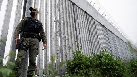 En politimann patruljerer langs den gresk-tyrkiske grensemuren ved elven Evros, nær landsbyen Poros fredag.