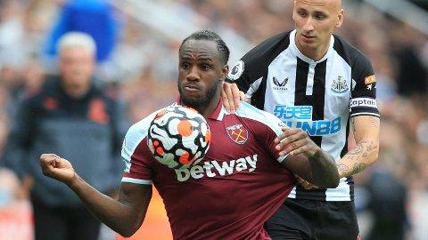 Michail Antonio (t.v.) blir den mestscorende West Ham-spilleren i Premier League om han scorer mot Leicester mandag.