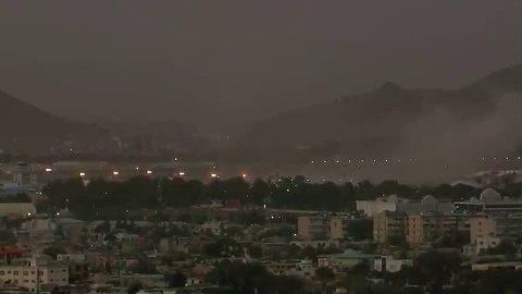 Det kommer flere meldinger om at minst et tosifret antall personer har blitt drept etter eksplosjonene i Kabul.