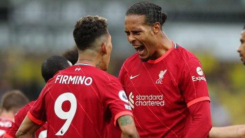 Virgil van Dijk gratulerer Roberto Firmino etter brasilianerens scoring mot Norwich.