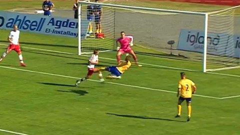 KUNSTSCORING: Jerv-profilen Willis Furtado kastet seg rundt og hamret inn vinnermålet, like etter at Fredrikstad hadde utlignet.