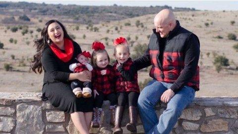 Jessica og Caleb Wallace, med deres tre barn.