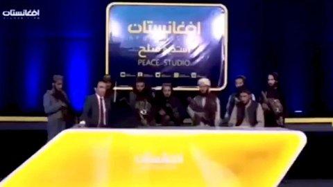 PEACE STUDIO: I videoen ser man åtte bevæpnede Taliban-krigere stå i TV-studioet sammen med nyhetsankeret Qari Samiullah.