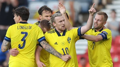 Emil Forsberg (midten) scoret alle fire målene til Sverige i EM. Her jubler han etter 1-0-målet mot Ukraina.