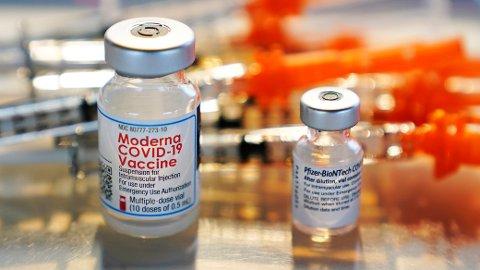 Vaksiner fra Moderna og Pfizer. Foto: Charles Krupa / AP / NTB